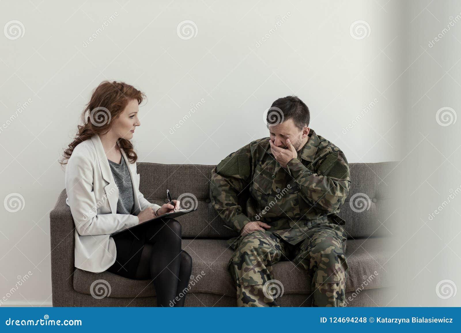 Soldat pleurant dans l uniforme vert pendant la consultation avec le psychologue