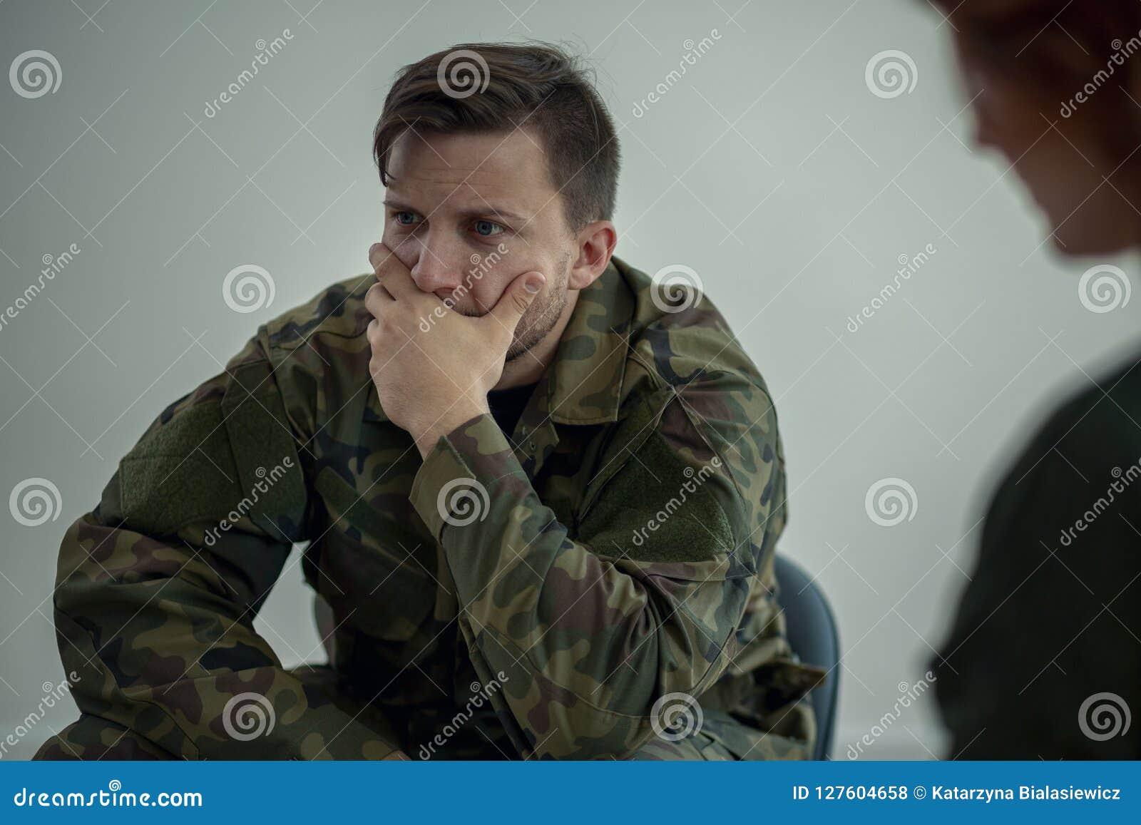 Soldat terrifié dans l uniforme vert au cours de la réunion avec le psychothérapeute