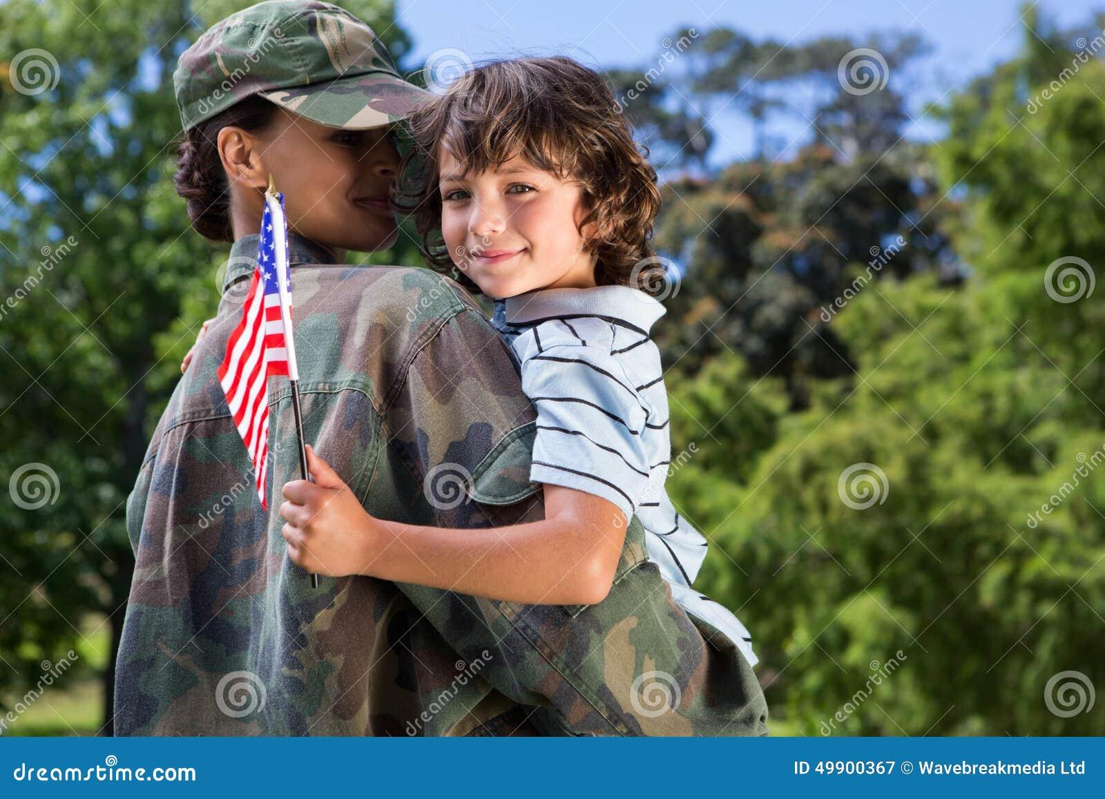 Soldat wiedervereinigt mit ihrem Sohn