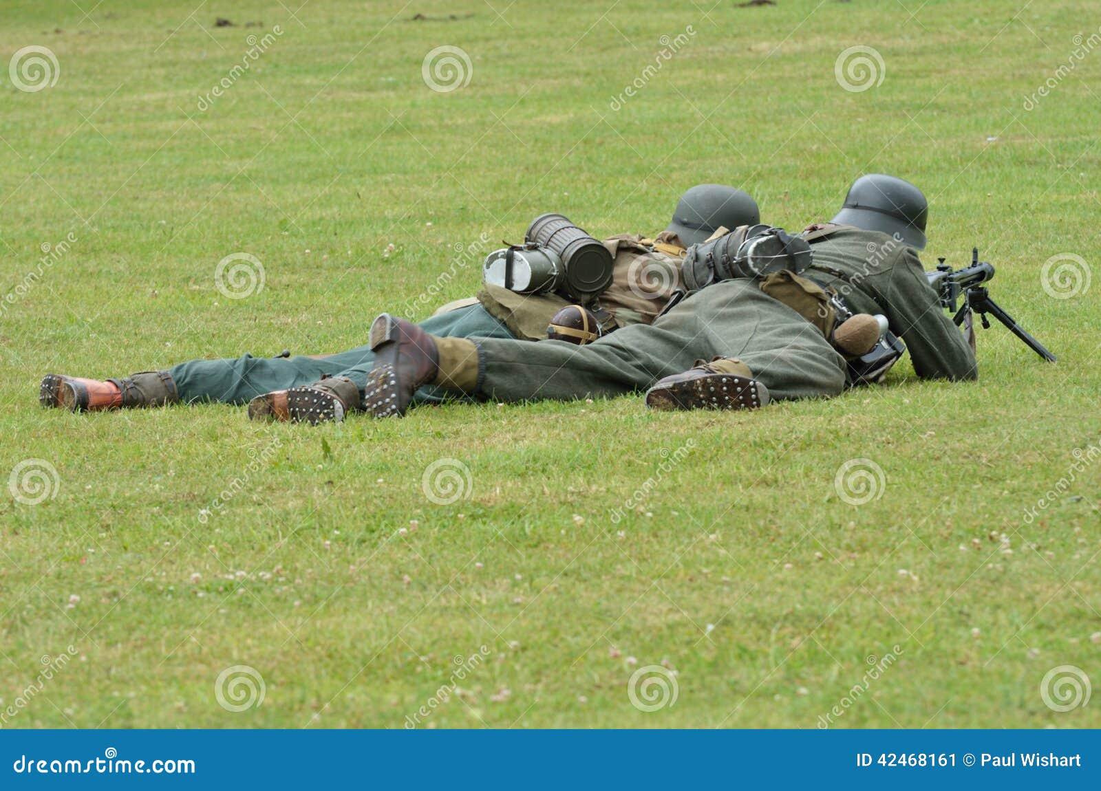 Soldaten auf dem Boden mit Maschinengewehr