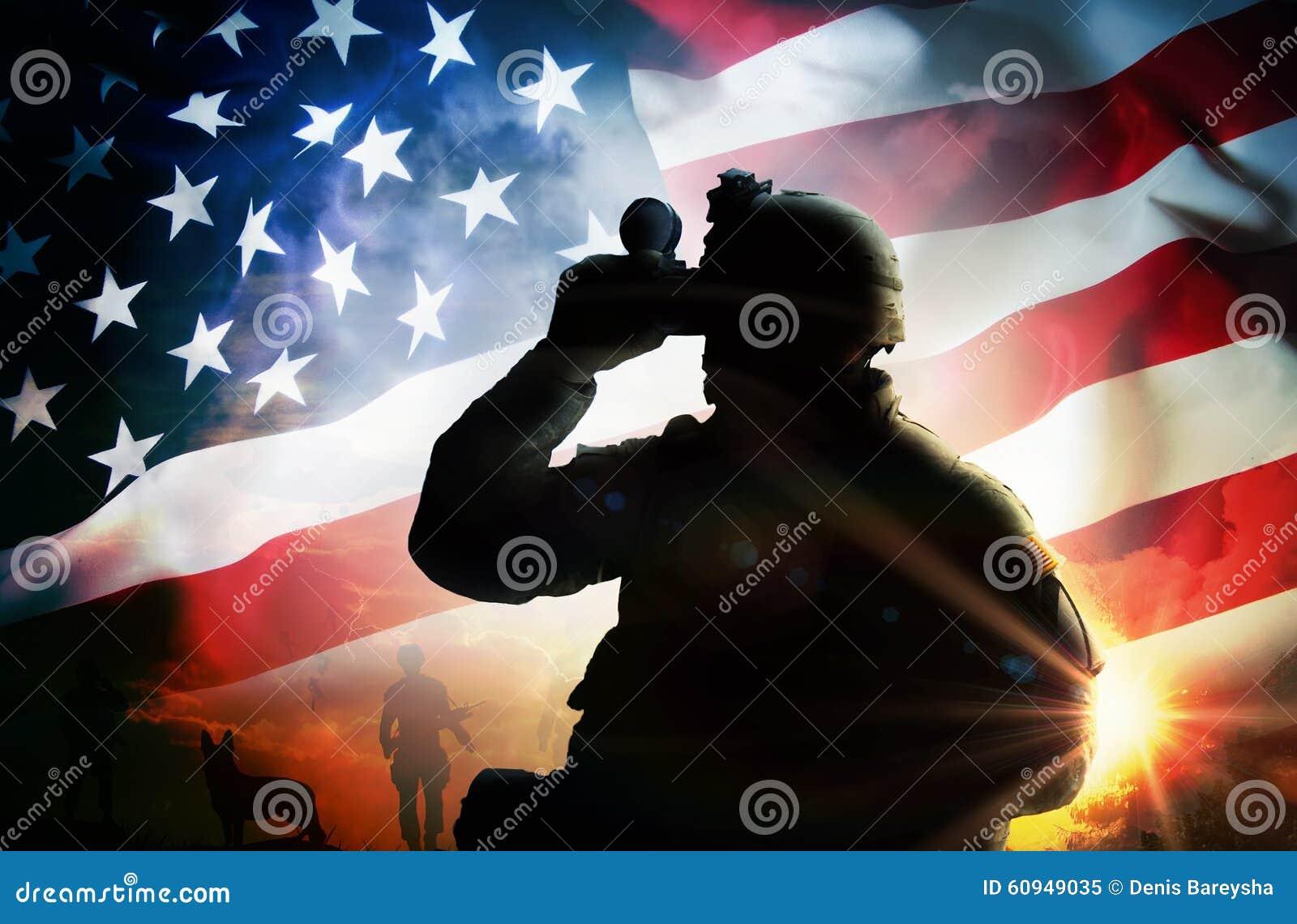Soldaten ser till och med kikare