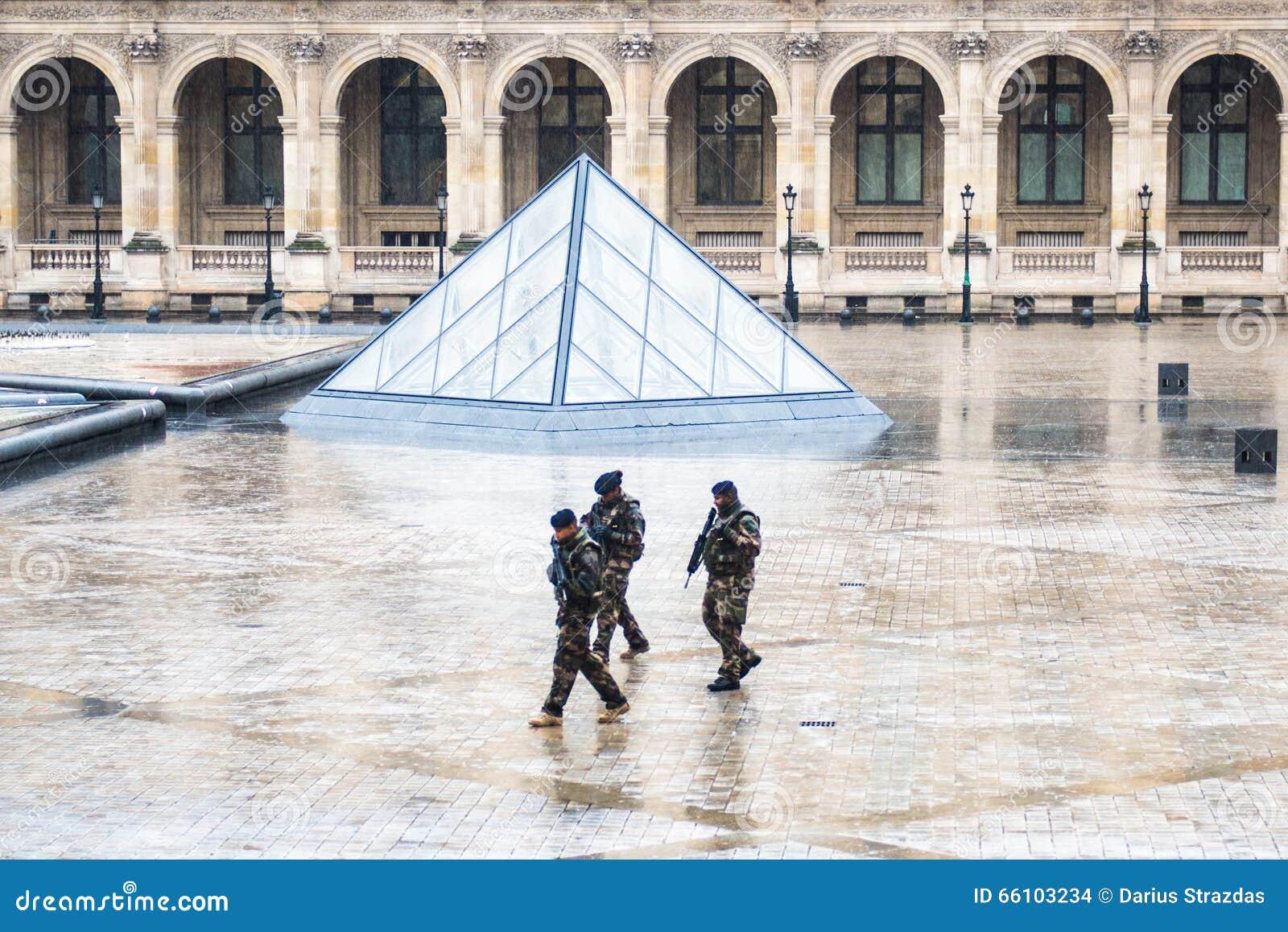 Soldater near Louvremuseet