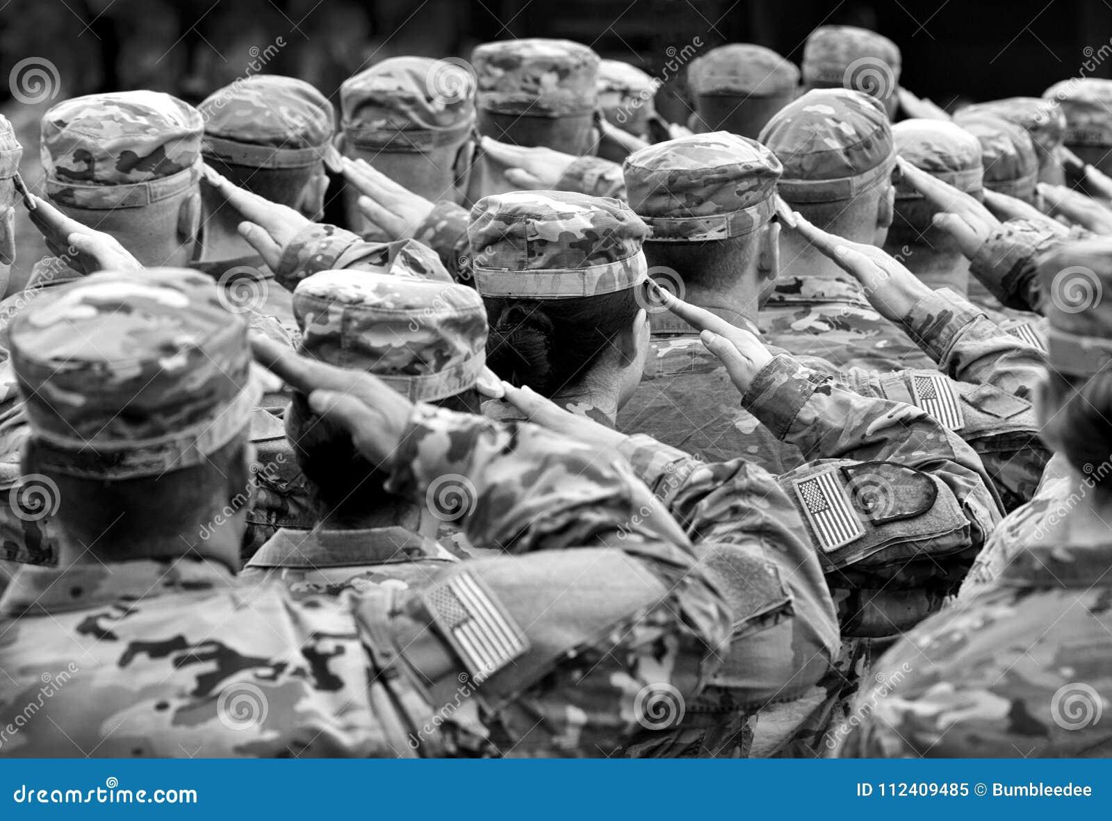 Soldati degli Stati Uniti che danno saluto, BW