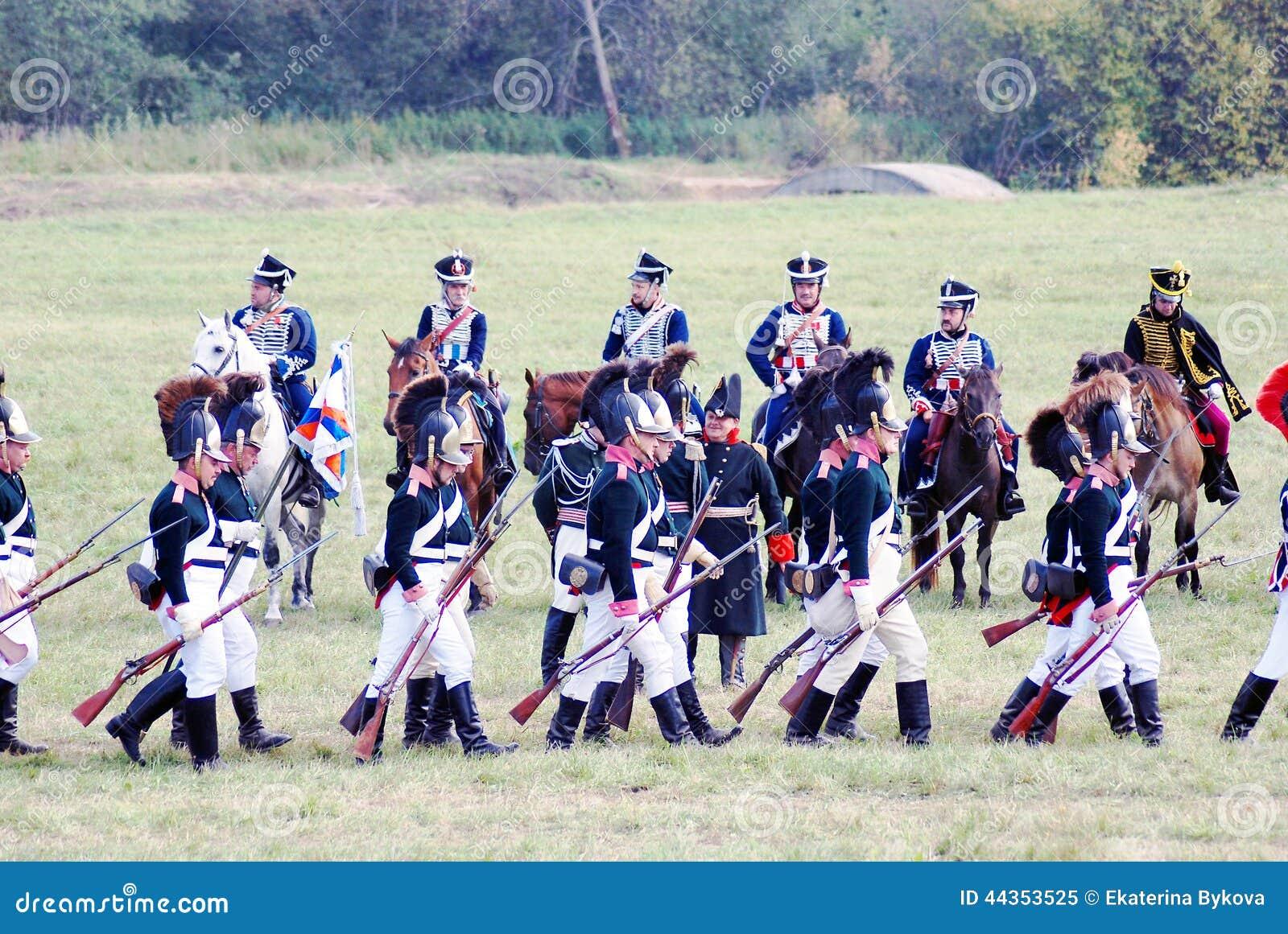 Soldati-reenactors e cavalieri in marcia del cavallo