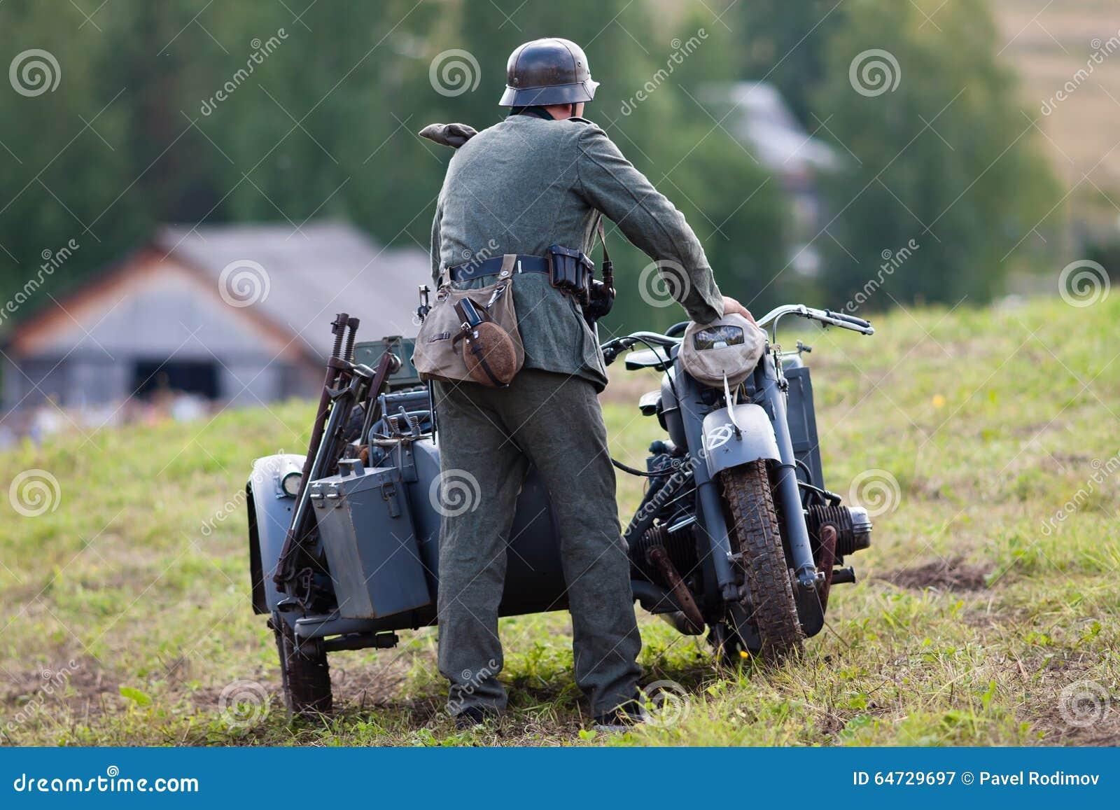 Soldati tedeschi della seconda guerra mondiale vicino alla motocicletta
