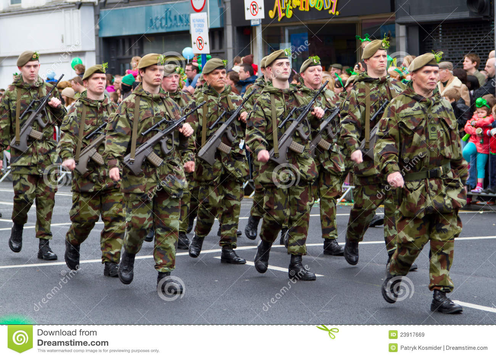 Soldati in una parata per il giorno della st patrick - Immagini st patrick a colori ...