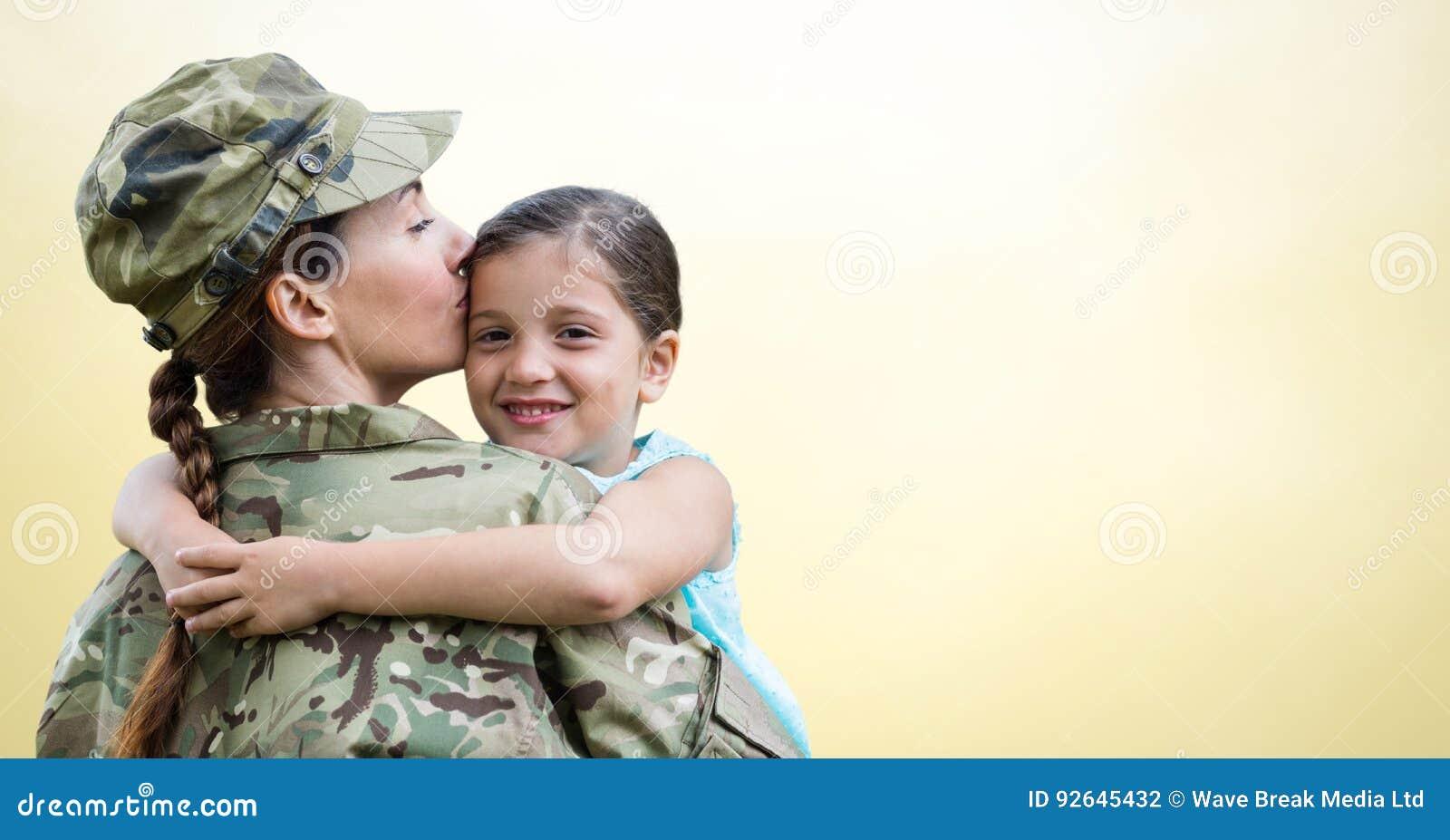 Soldatmoder och dotter mot gul bakgrund