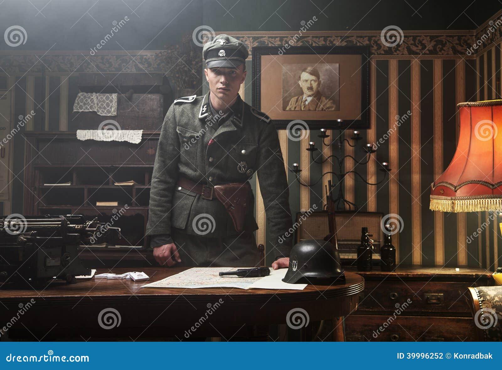 Ufficio In Tedesco : Soldato tedesco biondo alto nel suo ufficio fotografia stock