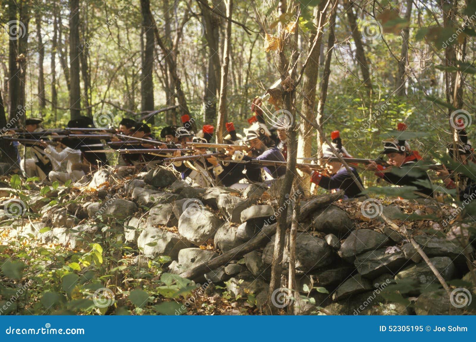 Soldats américains pendant la reconstitution historique de guerre de révolutionnaire américain, campement d automne, nouveau Wind