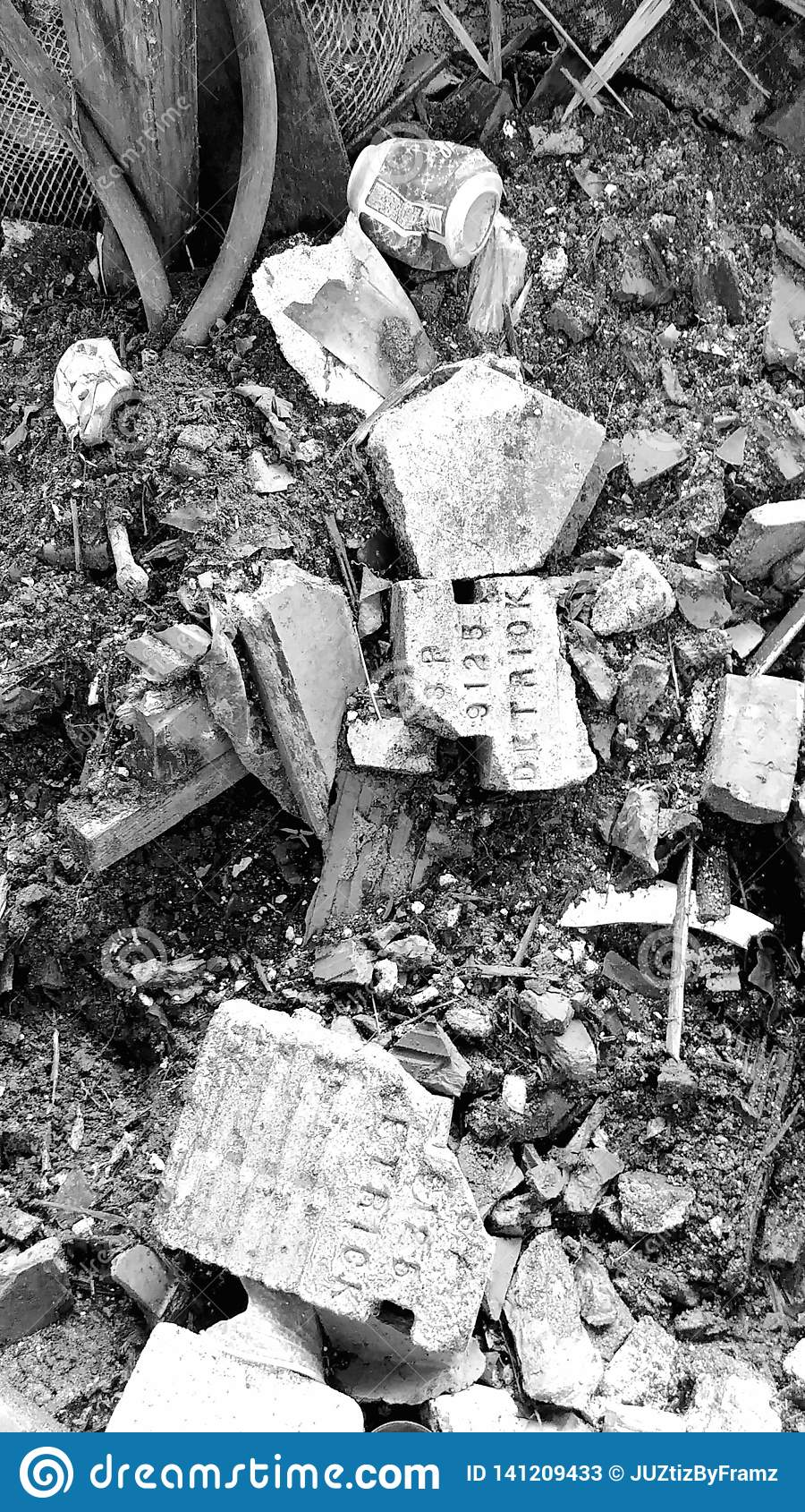 Soldats appelés sur des briques d entrepôt abandonné