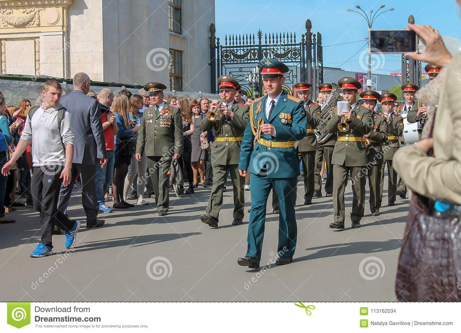 Soldats et orchestre marchant en parc, éditorial