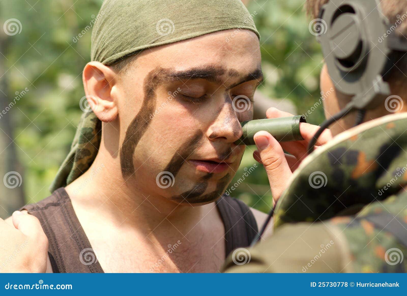 Soldats mettant sur la peinture de visage photo stock image du jour homme 25730778 - Peinture sur visage ...