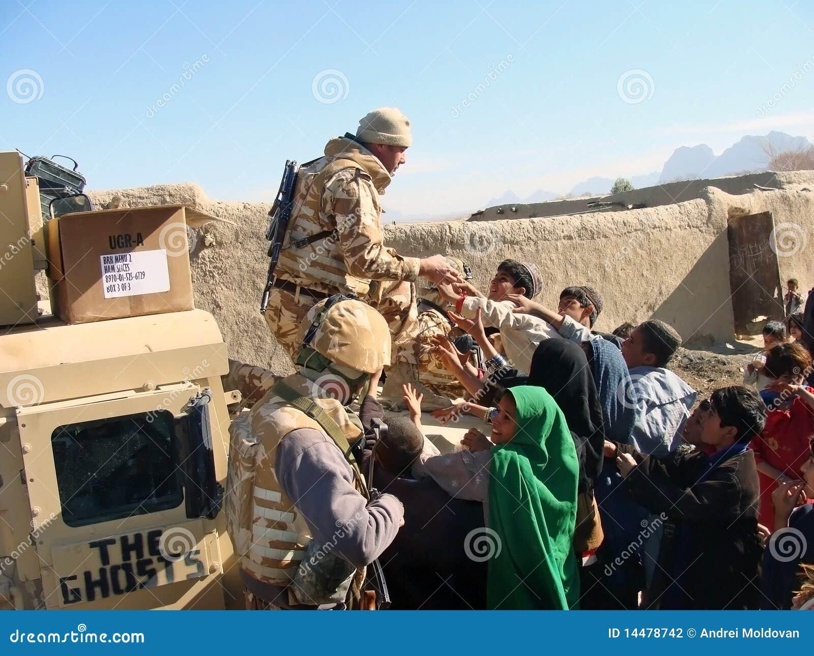 Soldats partageant la nourriture en Afghanistan