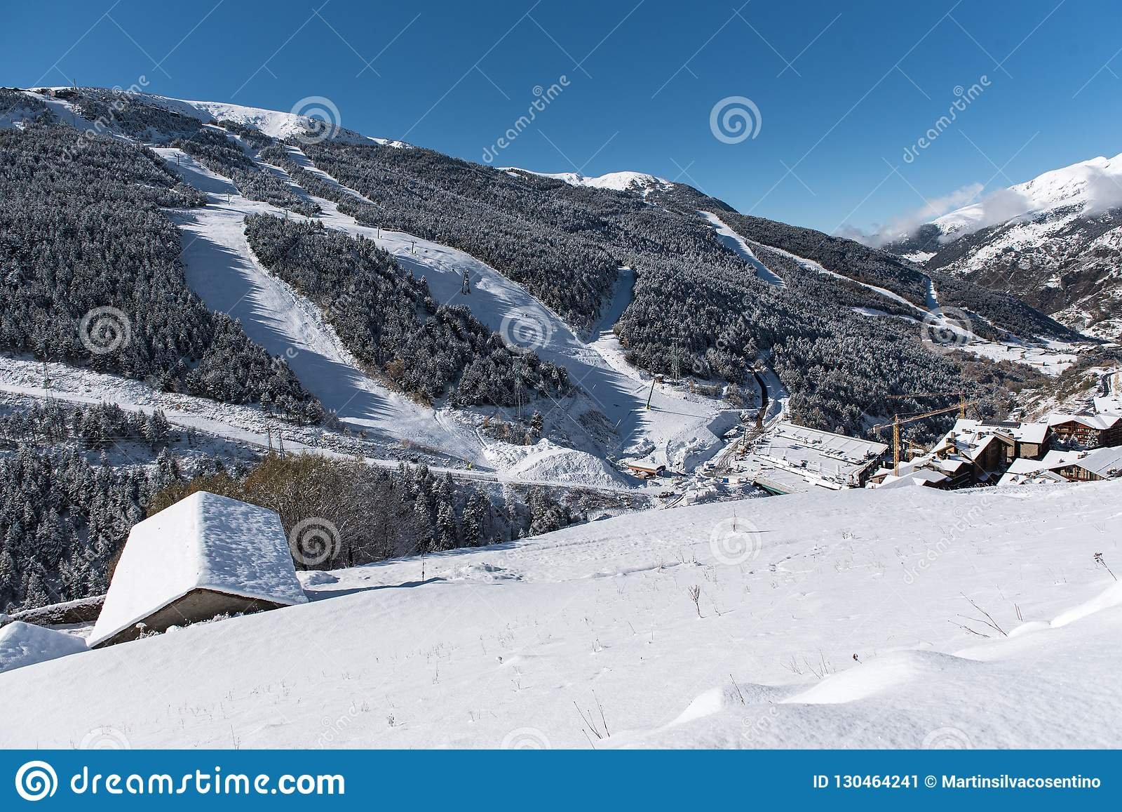 Soldeu, Canillo, Ανδόρα σε ένα πρωί φθινοπώρου στις πρώτες χιονοπτώσεις του της εποχής Μπορείτε να δείτε σχεδόν ολοκληρωμένος τις