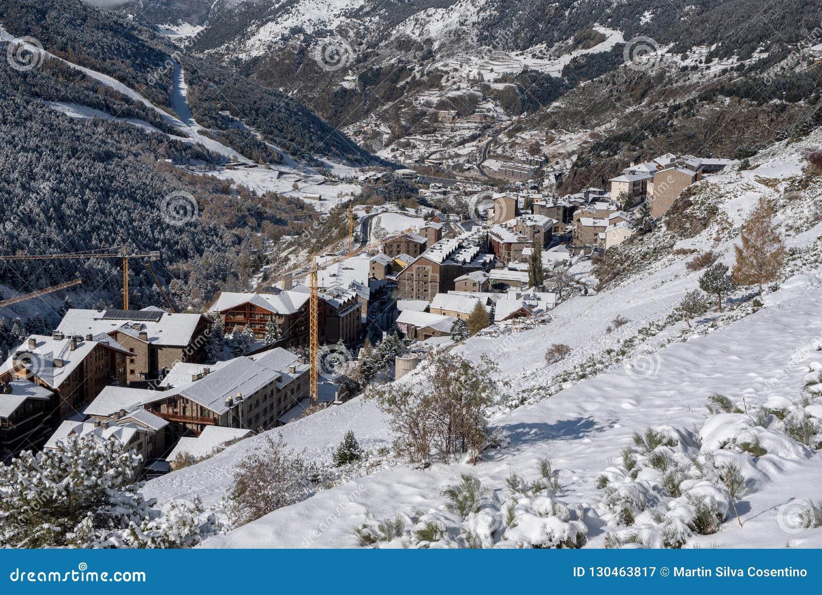 Soldeu, Canillo, Andorra na jesień ranku w swój pierwszy opad śniegu sezon Ty możesz widzieć prawie uzupełniałeś pracy t