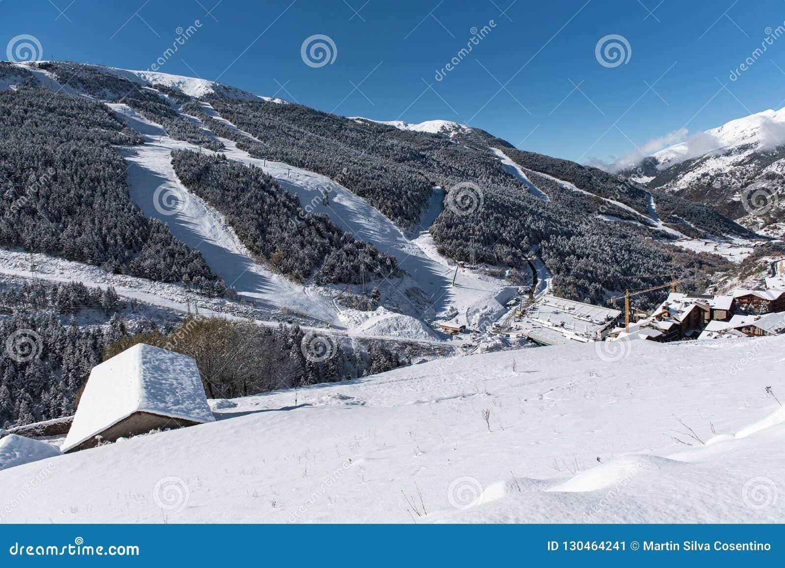 Soldeu, Canillo, Andorra op een de herfstochtend in zijn eerste sneeuwval van het seizoen U kunt zien bijna voltooid de werkzaamh
