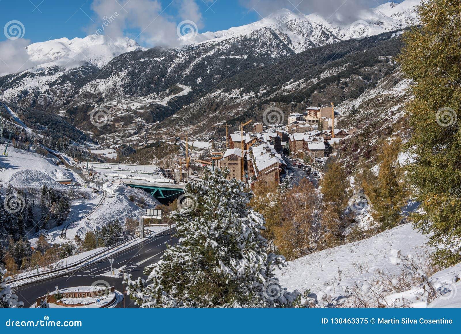 Soldeu, Canillo, Andorra su una mattina di autunno in sue prime precipitazioni nevose della stagione Potete vedere quasi avete ul