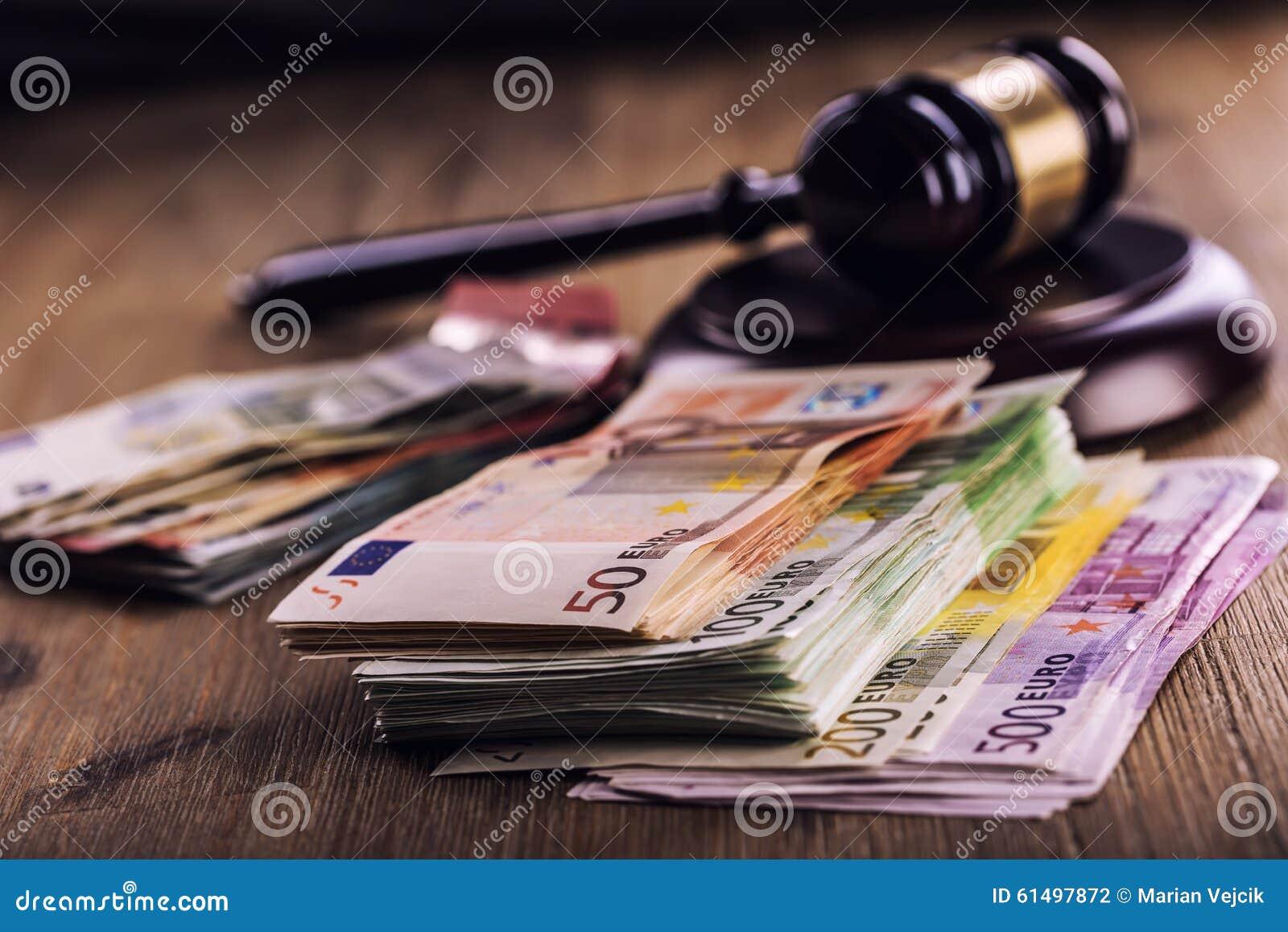 Soldi dell euro e della giustizia Euro valuta Martelletto della corte ed euro banconote rotolate Rappresentazione di corruzione e