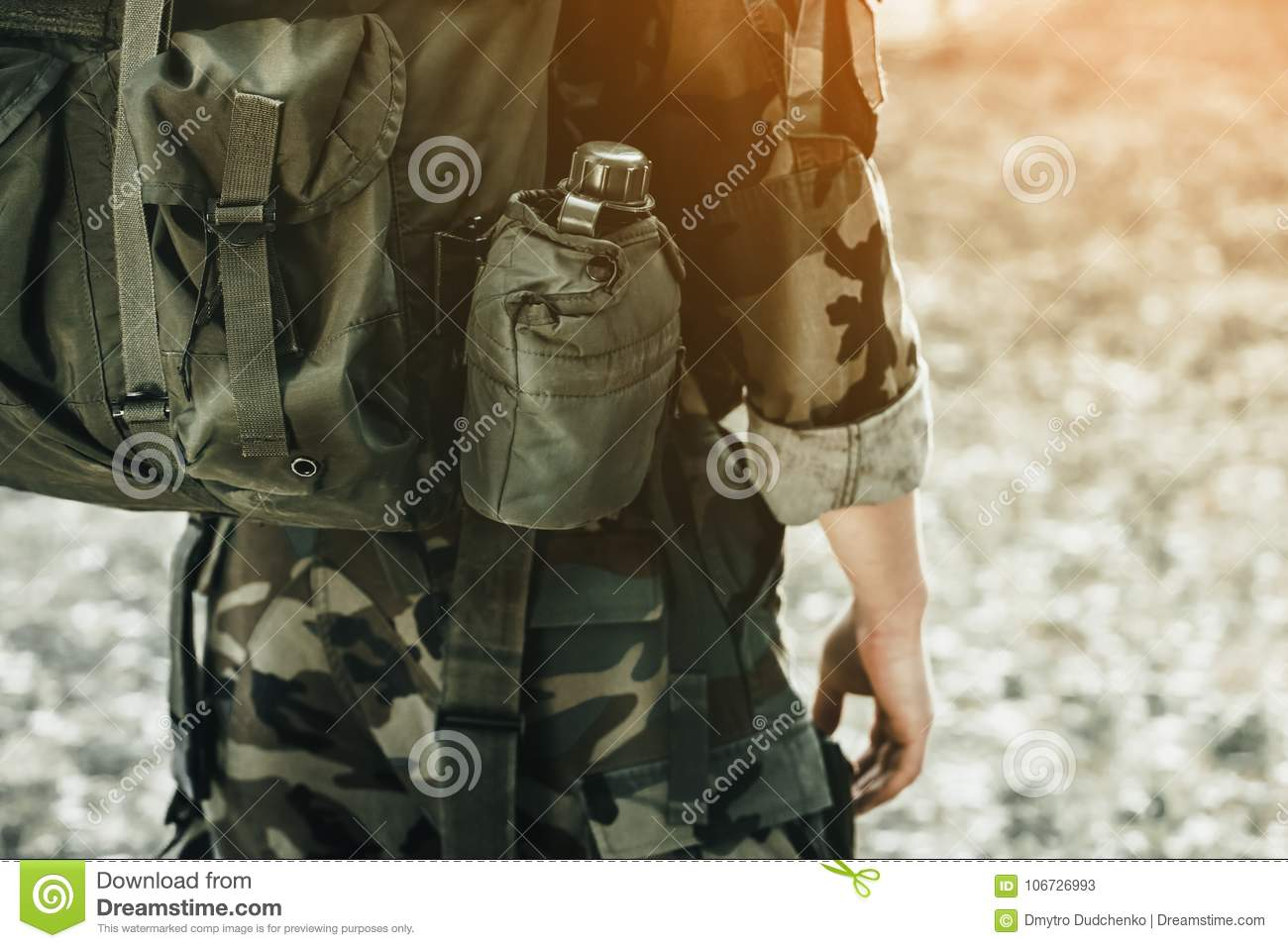 The soldier in the performance of tasks in camouflage.