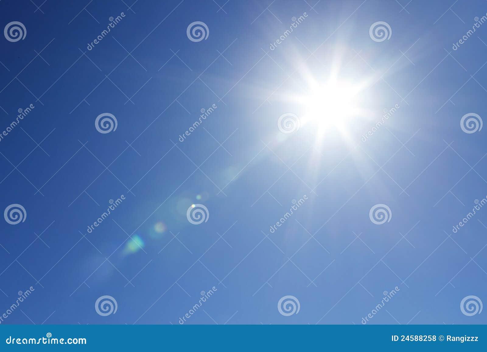 Sole brillante al cielo libero con lo spazio della copia