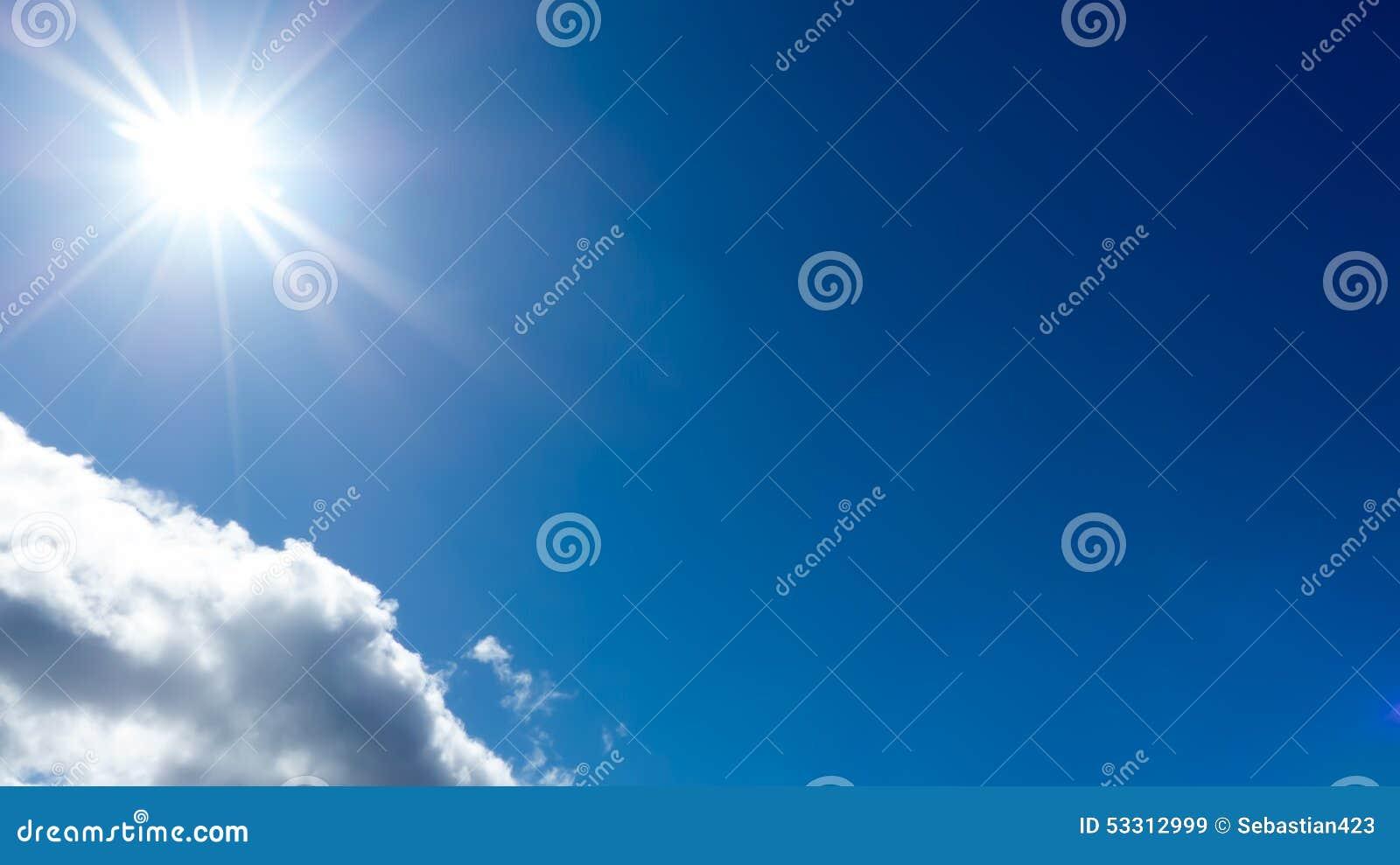 Sole contro cielo blu