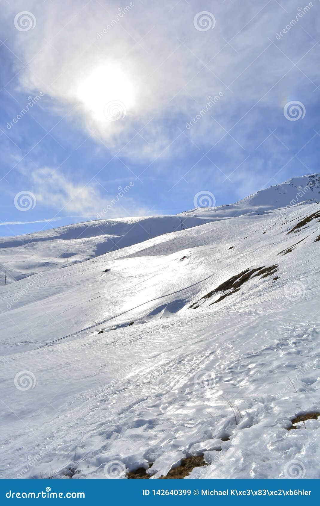Soleil et nuages de montagne de neige