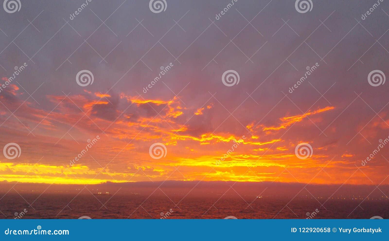 Solen målade en himlaval i guld- färg