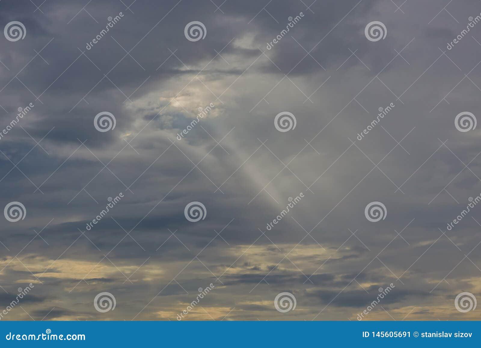 Solens str?lar p? solnedg?ngen som g?r deras v?g till och med molnen