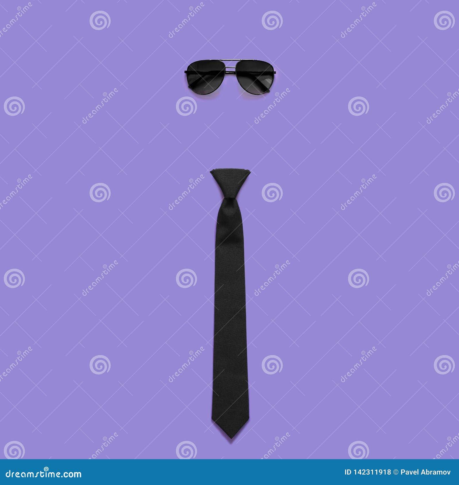 Solglasögon och band på purpurfärgad bakgrund Faders dag eller bröllopbegrepp Minsta stil