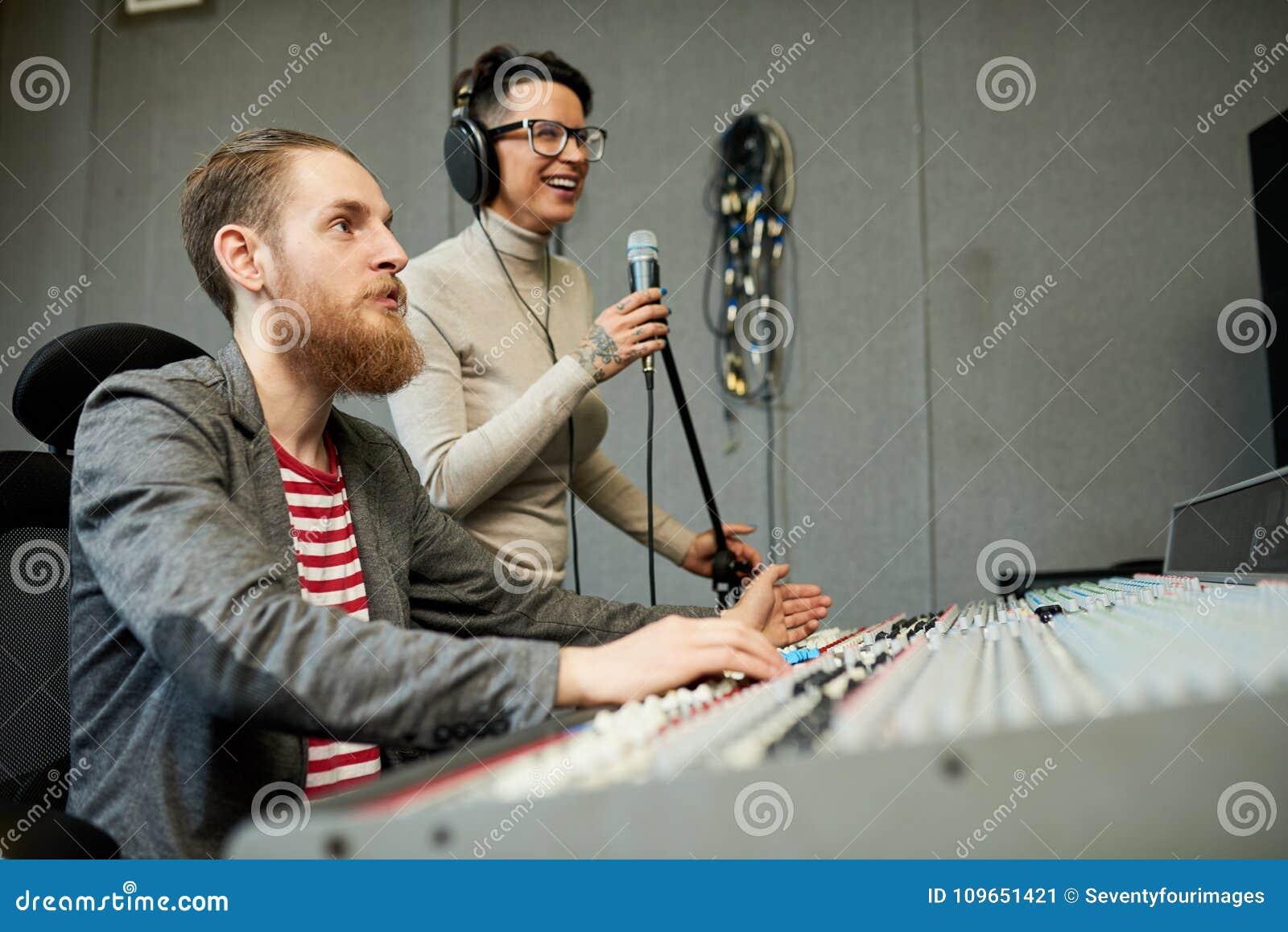 Solid formgivare- och sångareinspelningsång i produktionstudio