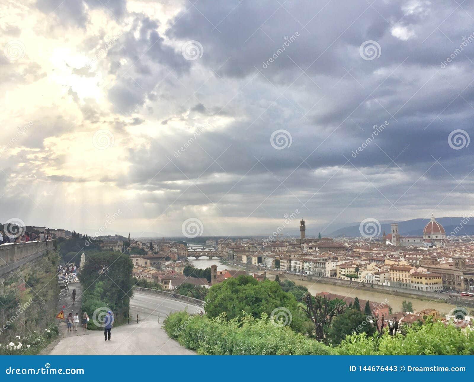 Solig ï¼ ŒHalf som för halva är molnig i Florence