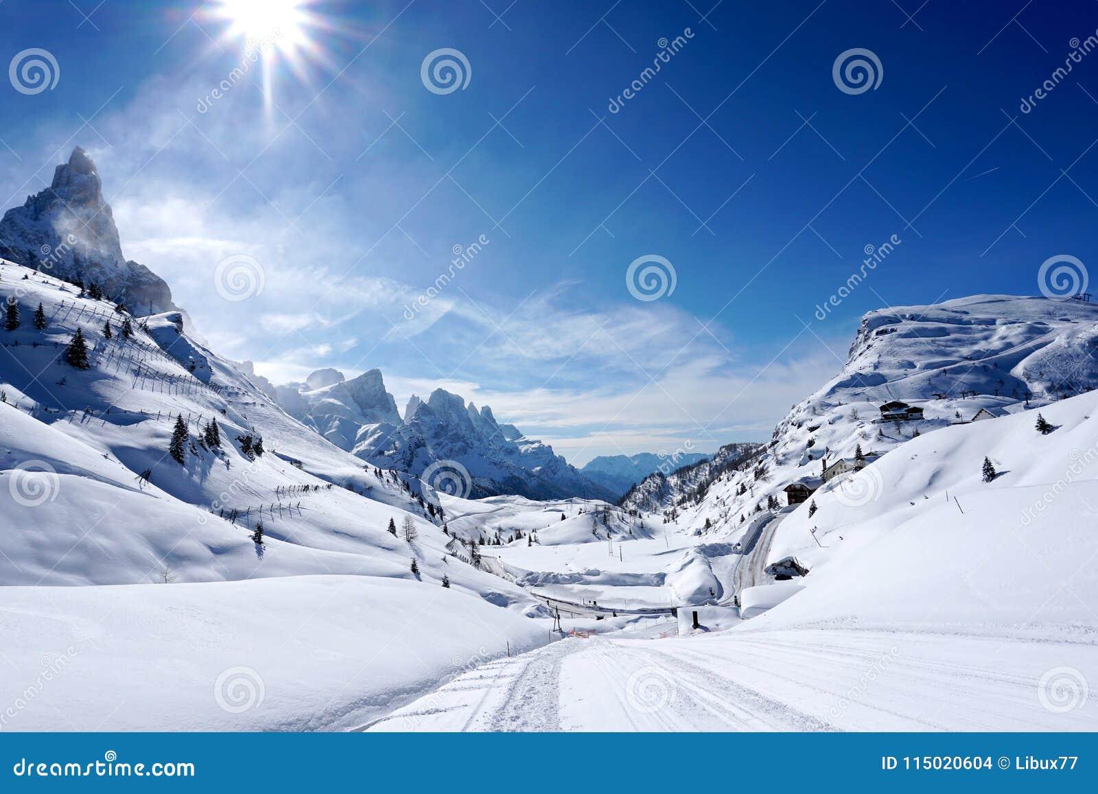 Solig dag för snöberglandskap