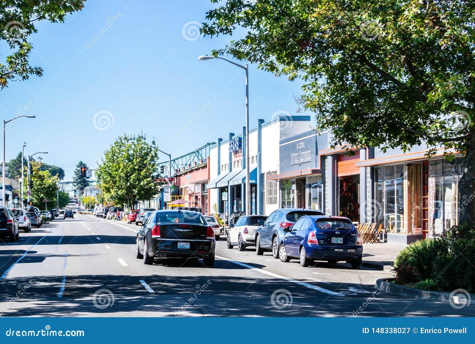 Solig dag p? gatan i i stadens centrum Astoria med den Astoria Megler bron i bakgrund
