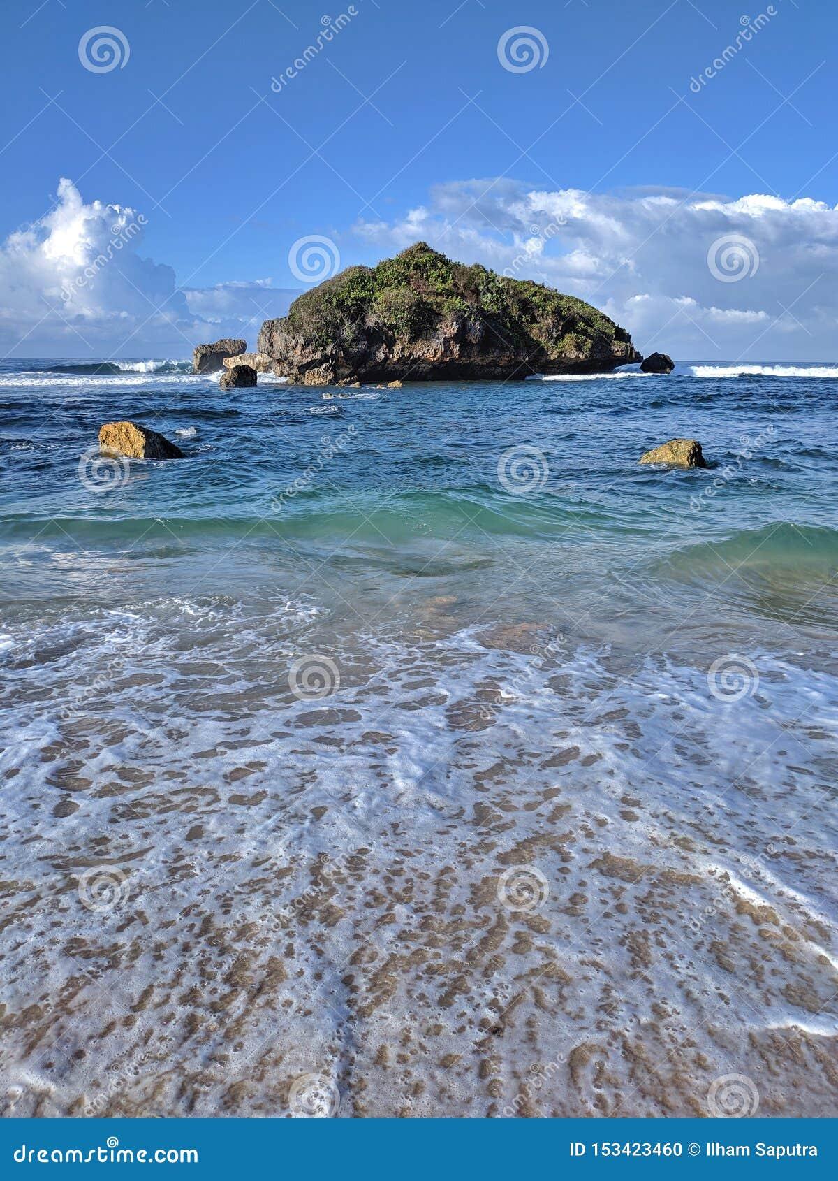 Solig dag på stranden, härlig tropisk strand i Yogyakarta, Indonesien