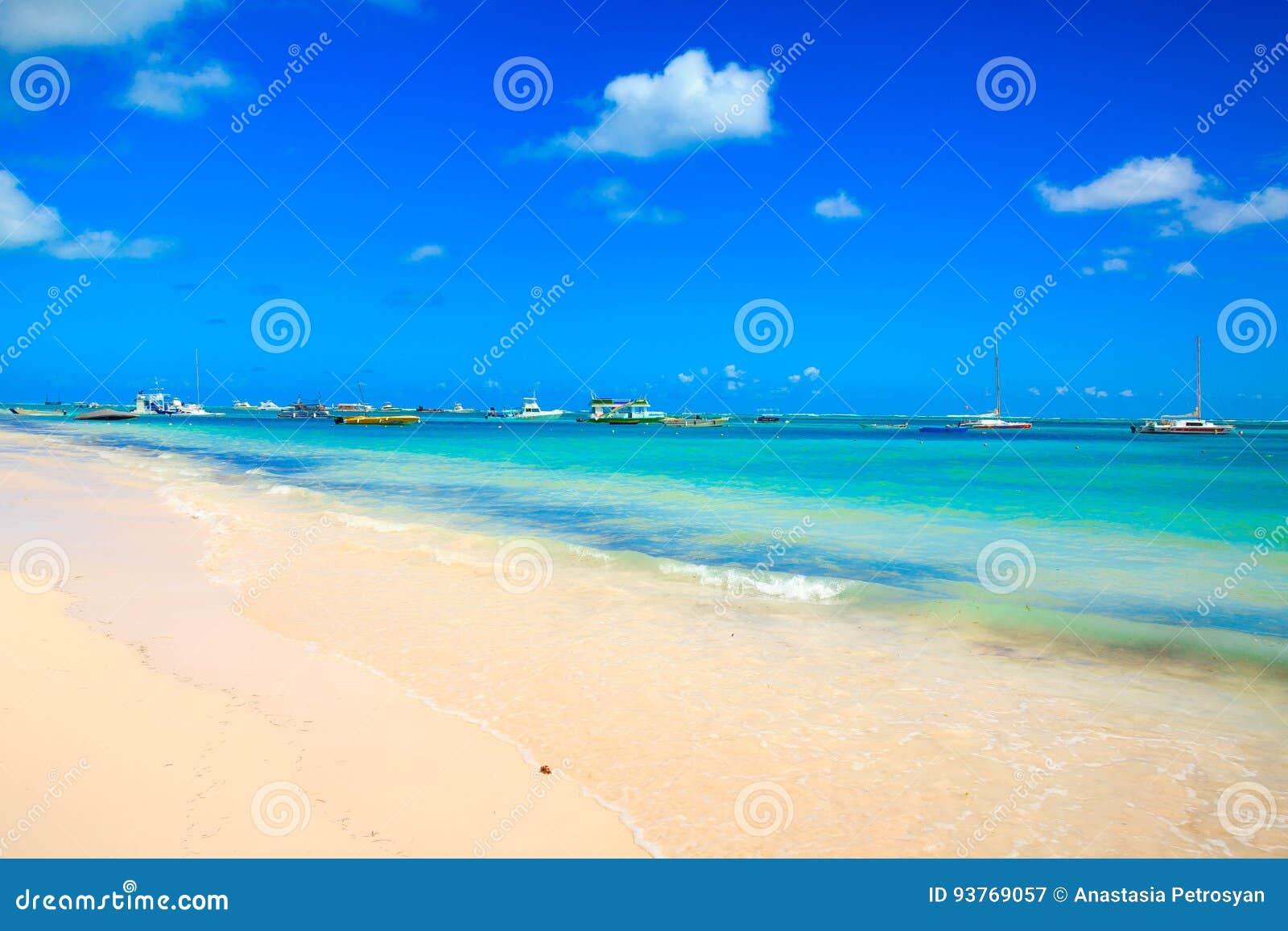 Solig dag på stranden i Punta Cana