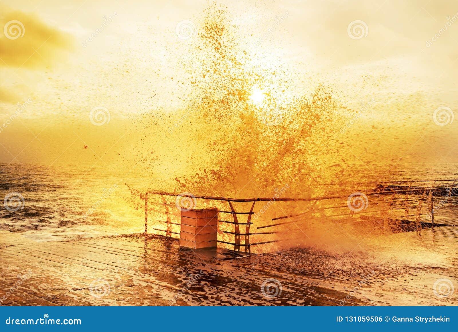 Solig realitet mycket av energimorgonen på havet Vågor med färgstänk som kraschar på en träbrygga