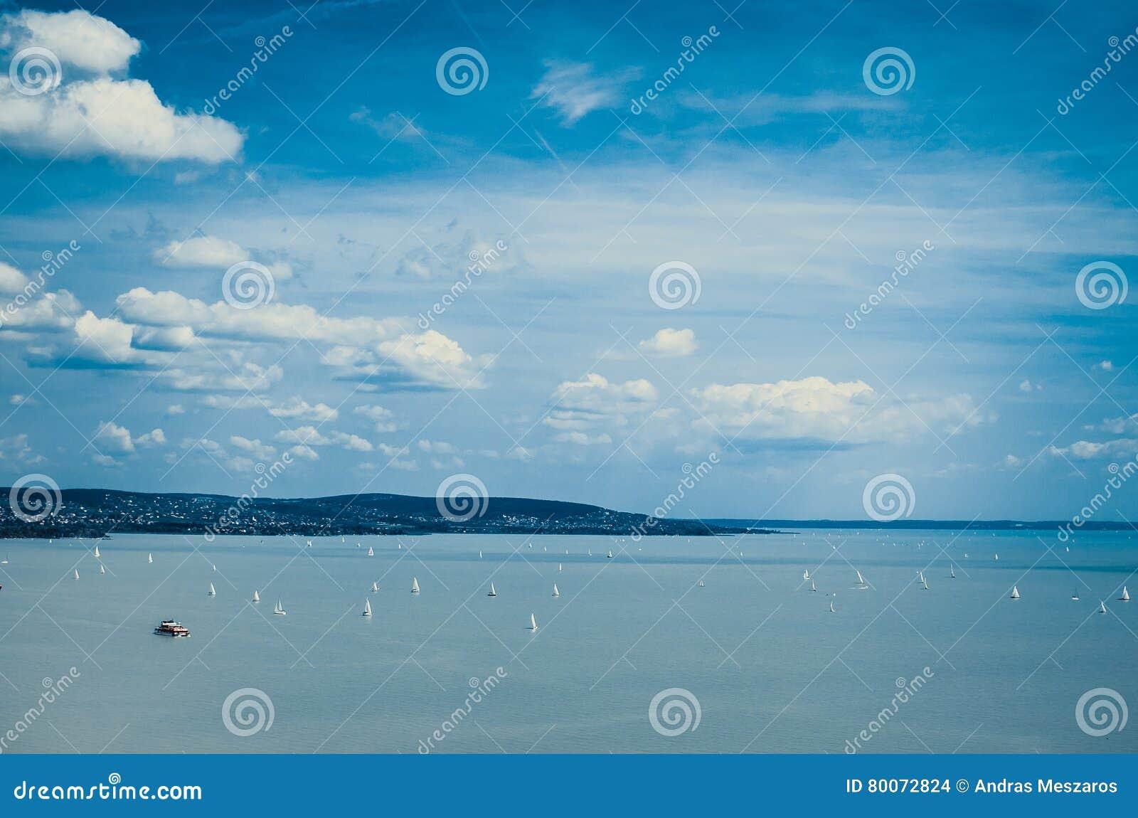 Soliga moln på Balaton sjön