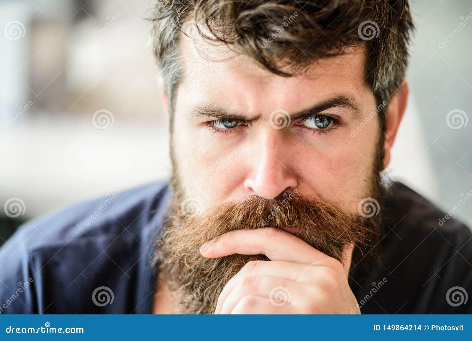 Solitudine barbuta di tatto dell uomo uomo premuroso all aperto Cura di pelle facciale barbiere maschio brutale di bisogni attesa