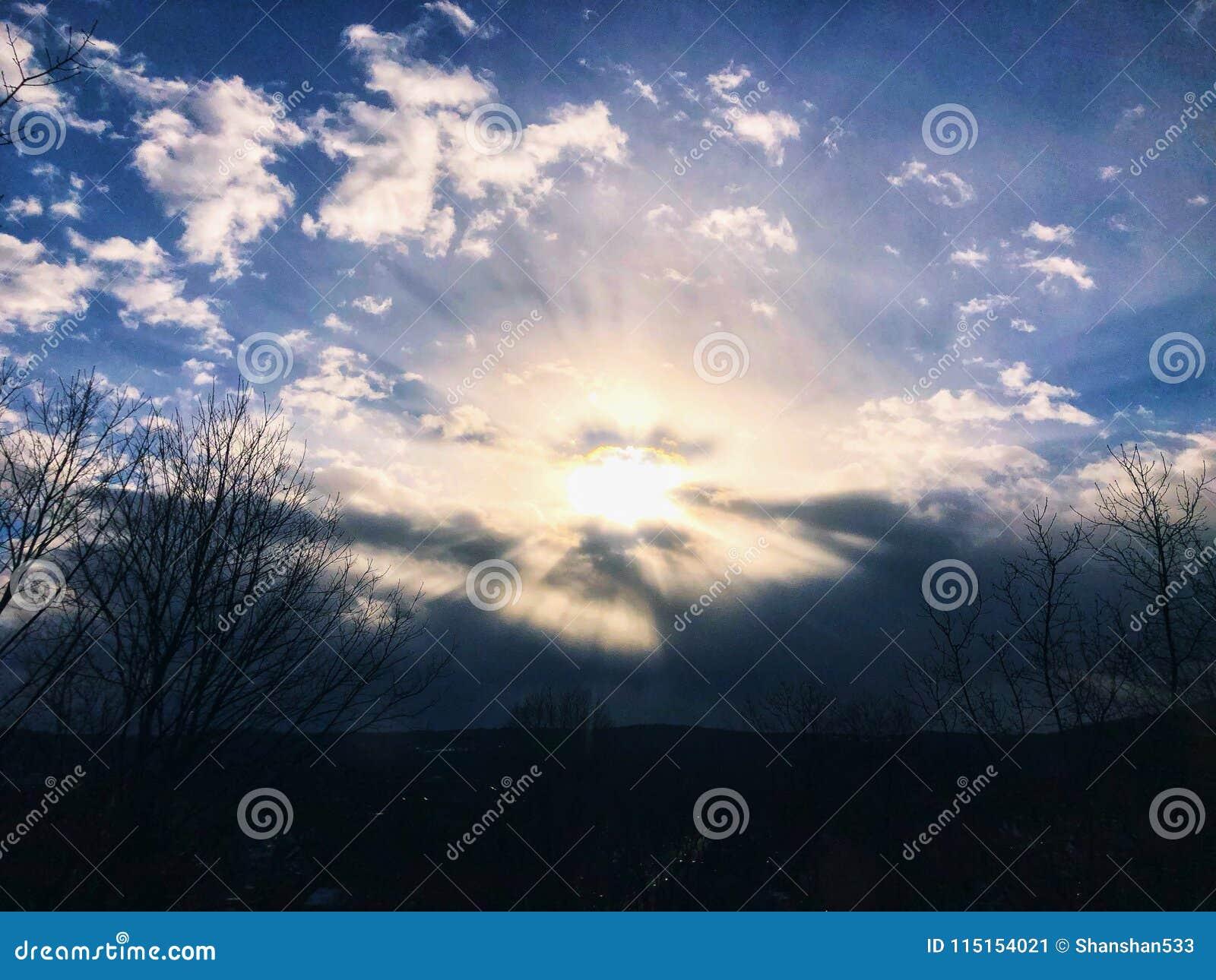 Solljus som kommer till och med moln