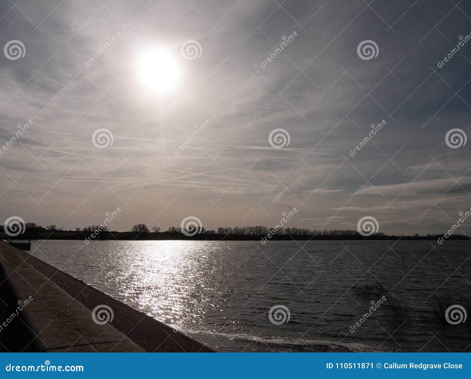 Solljusilsken blick över den öppna fjärden av för naturreserv för vatten utvändigt LAN
