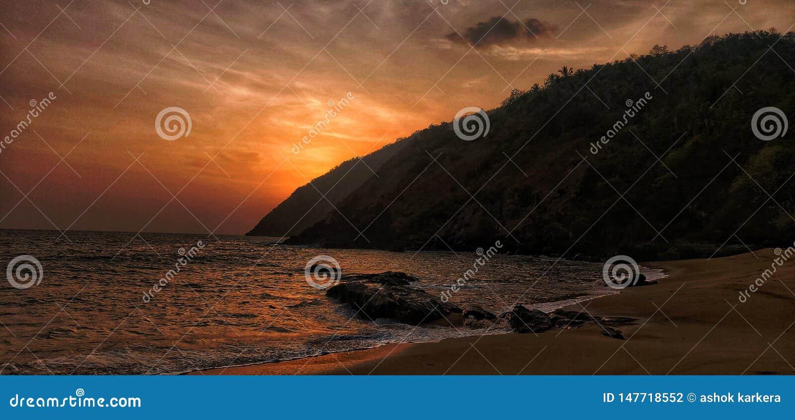 Solnedgång ö, strand, kakolem, Goa,