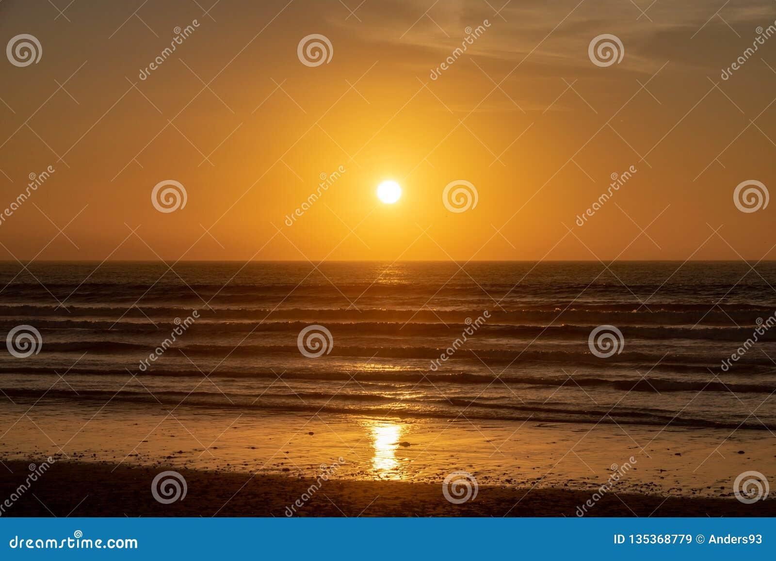 Solnedgång över Atlanticet Ocean från den Agadir stranden, Marocko, Afrika