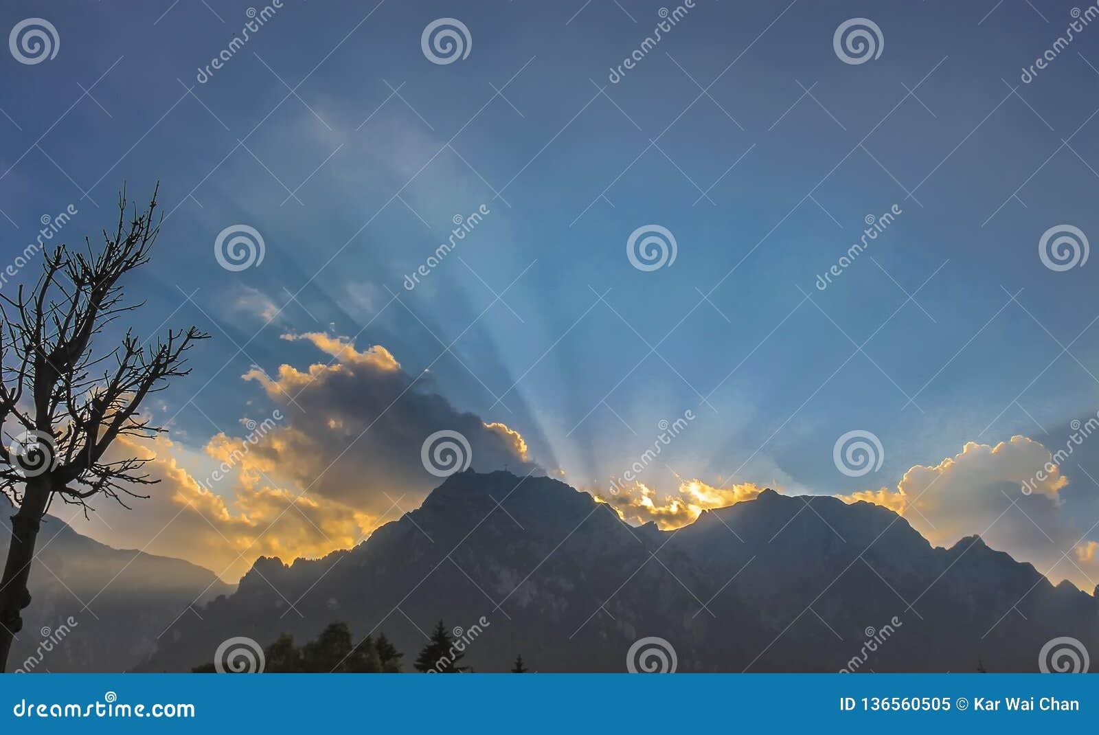 Solnedgång över berget i Brasov, Rumänien
