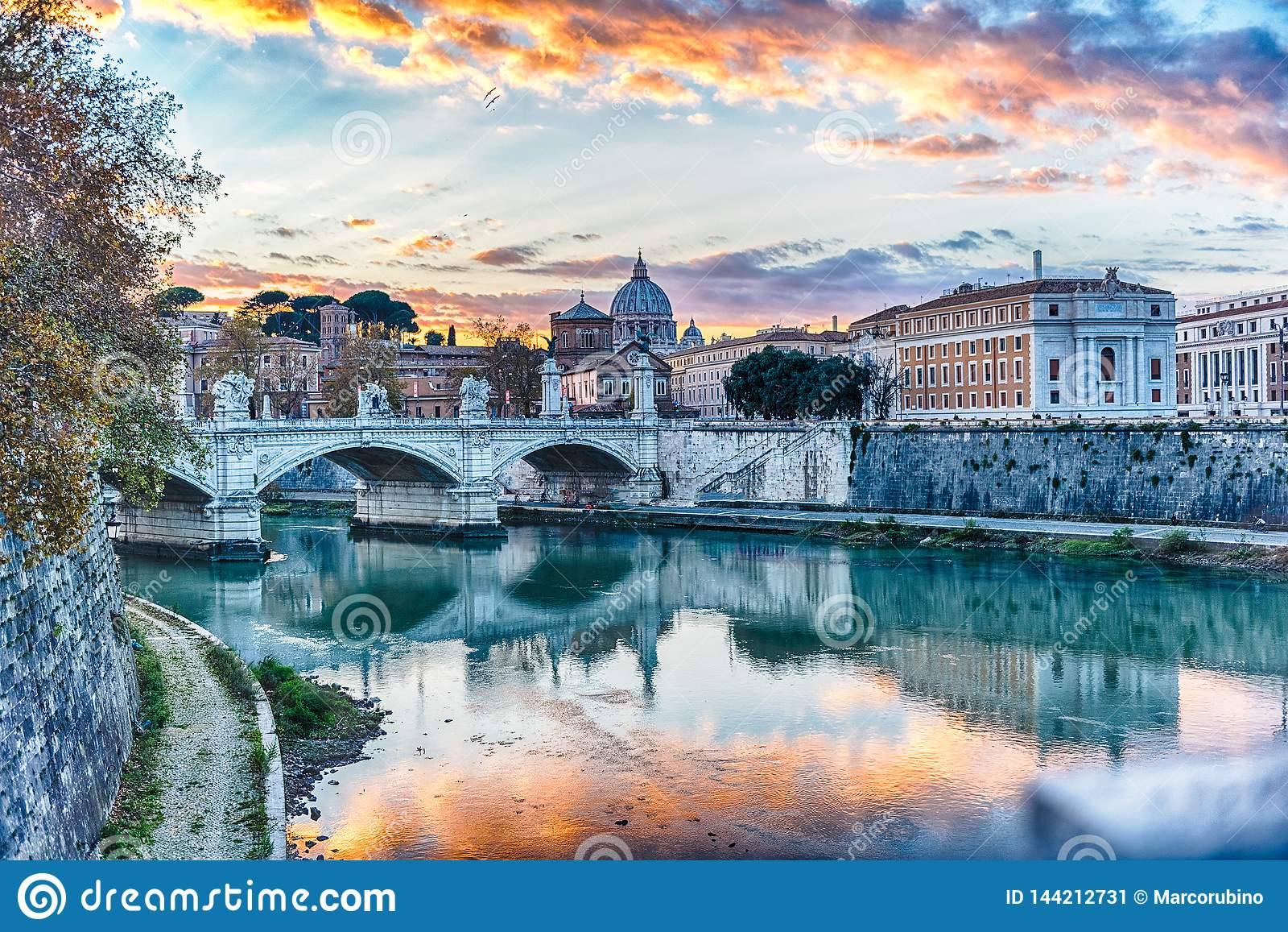 Solnedgång över den Tiber floden i Rome, Italien