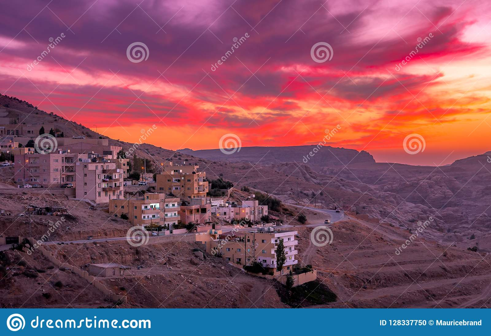 Solnedgång över Wadi Musa, stad av Petra i Jordanien