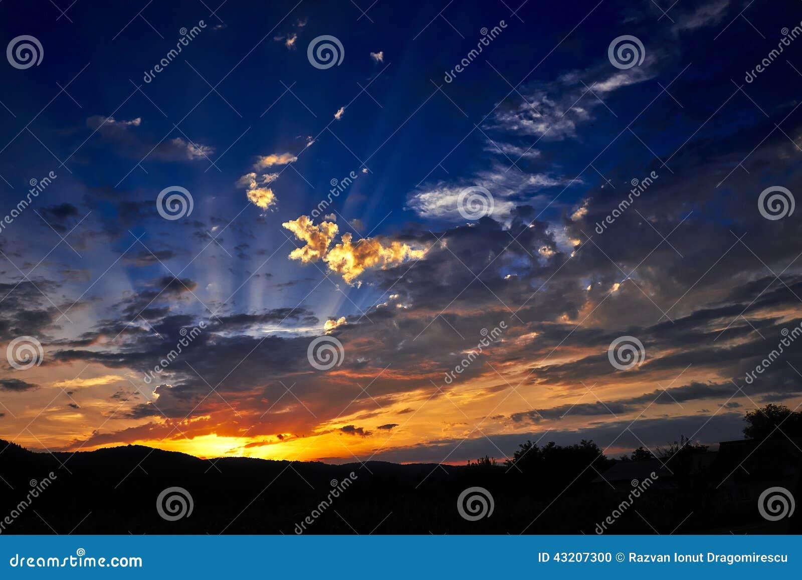 Download Solnedgång arkivfoto. Bild av strålar, varmt, solnedgång - 43207300
