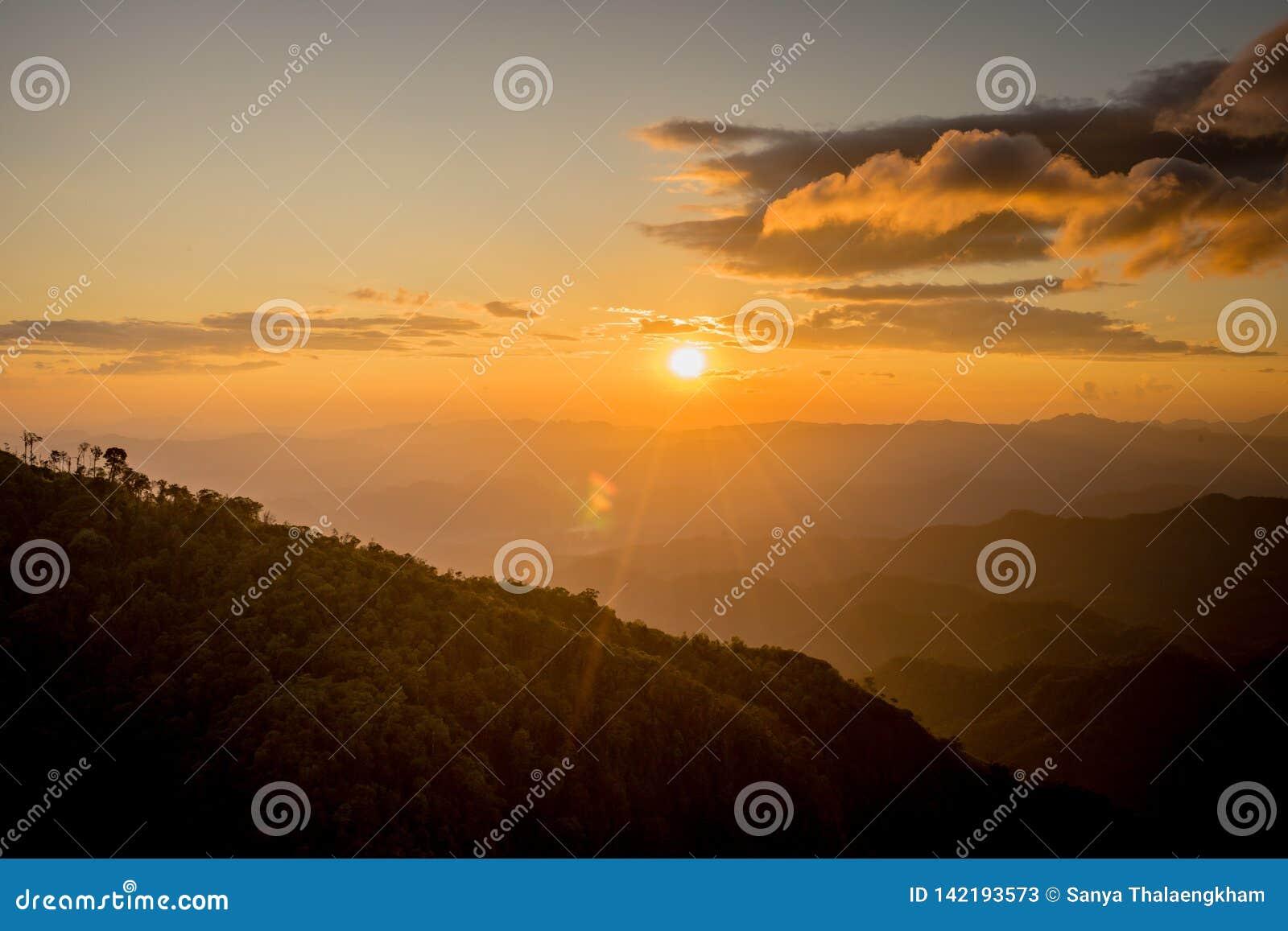 Solnedgång bak berget på Doi Thule, Tak, Thailand