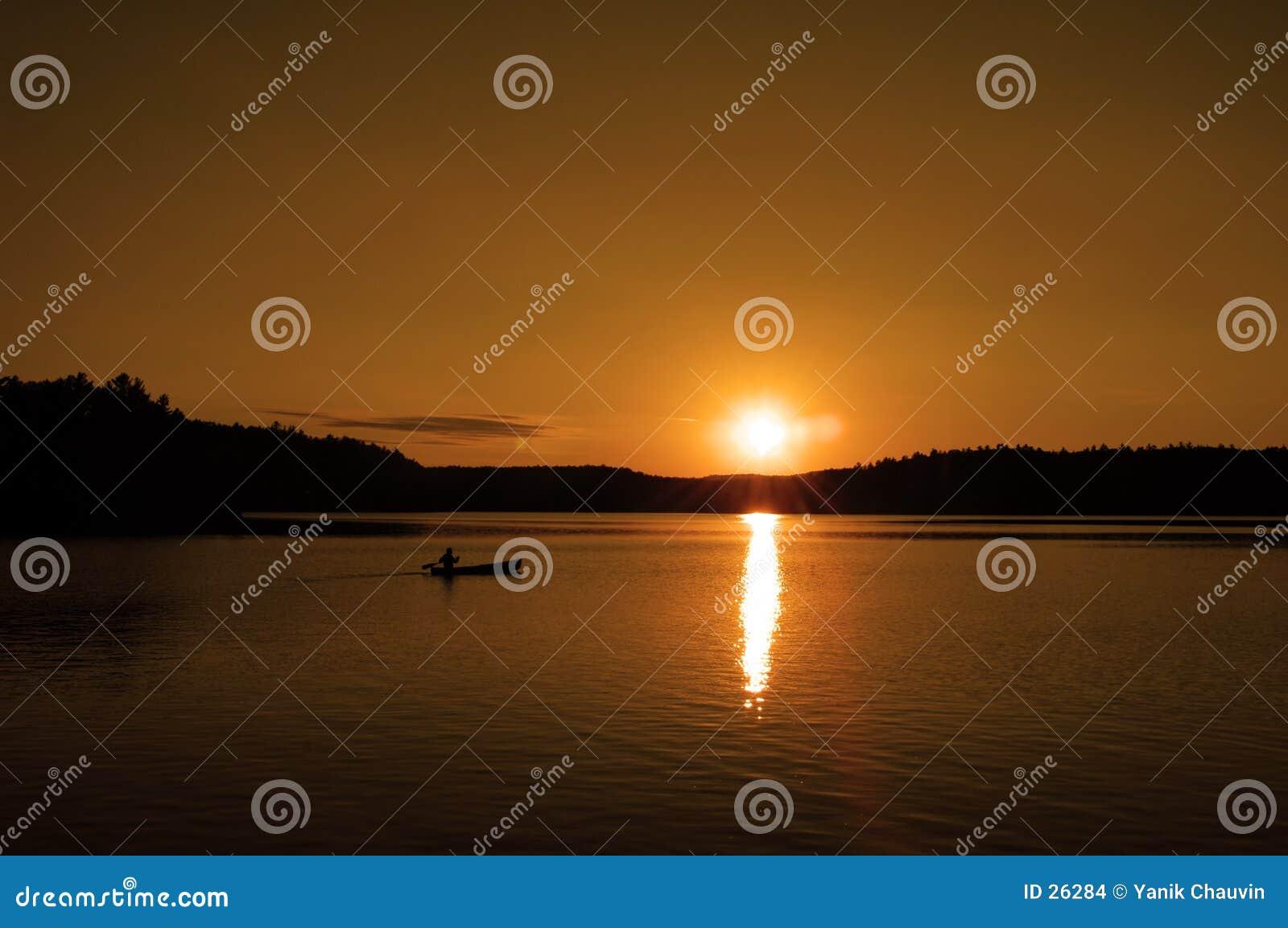 Solnedgång för 2 kanot