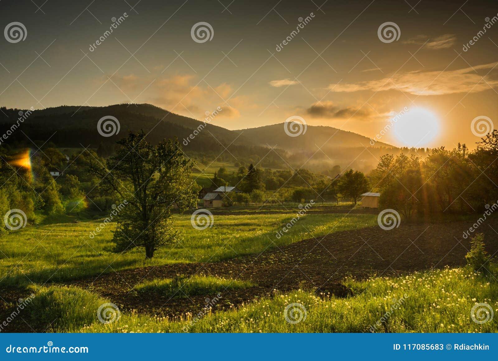 Solnedgång för berg för hdrbildliggande majestätisk