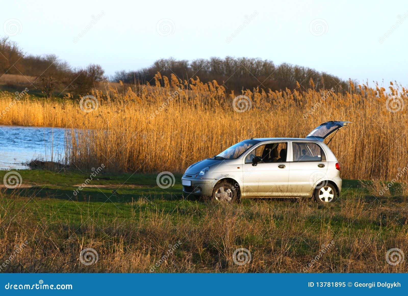 Solnedgång för flodstrand för bilfamiljlampa